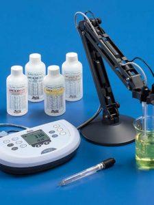 Conductivímetro de mesa ideal para mediciones de conductividad y temperatura, con gran visualizador LCD.Mide conductividad, resistividad, TDS y salinidad.
